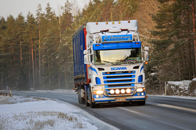 De kleurrijke Semi Vrachtwagen van Scania op de Winterweg royalty-vrije stock afbeeldingen