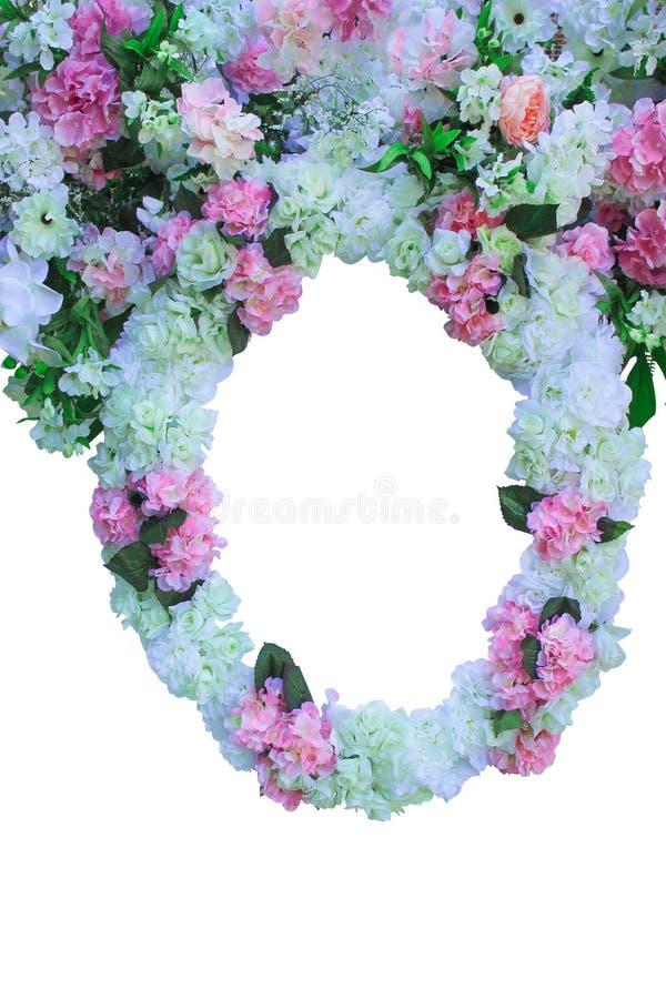 De kleurrijke sierbloemen groeperen bloeiende omlijsting in ovaal die ontwerp op witte achtergrond, ruimte voor tekst op huwelijk stock foto's