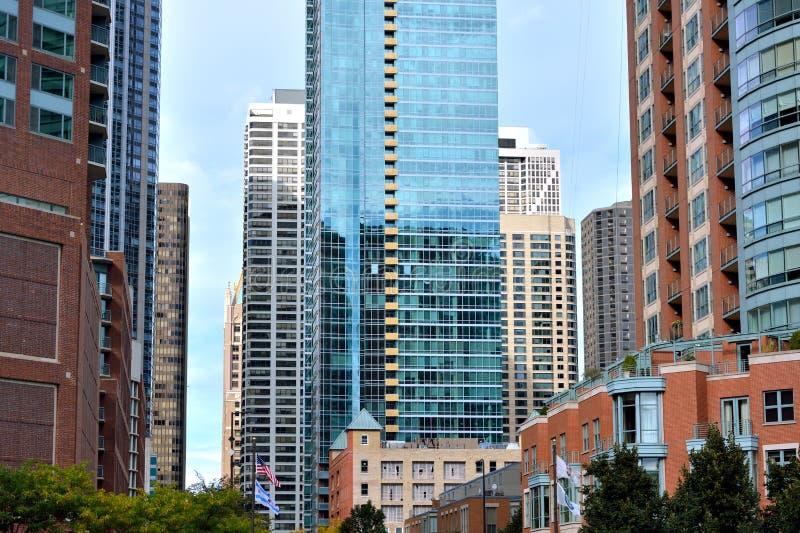 De kleurrijke stadsbouw rond de Rivier van Chicago, Chicago stock foto's