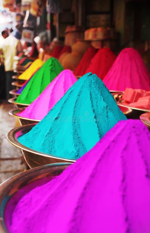 De kleurrijke stapels van holi poederen kleurstof bij Mysore markt royalty-vrije stock foto's