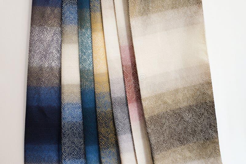 De kleurrijke Steekproeven van de Stof van het Gordijn Veelvoudige van de textuursteekproeven van de kleurenstof de selectiestoff stock afbeelding