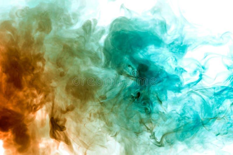 De kleurrijke stoom ademde van vape met een vlotte overgang van kleurenmolecules uit van geel aan blauw op een witte achtergrond  stock foto