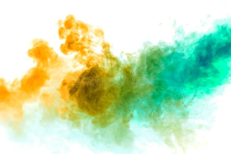 De kleurrijke stoom ademde van vape met een vlotte overgang van kleurenmolecules uit van geel aan blauw op een witte achtergrond  royalty-vrije stock fotografie