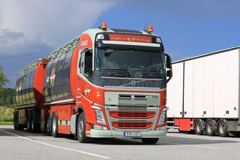 De kleurrijke Tankwagen van Volvo FH bij het Wegrestaurant stock afbeeldingen