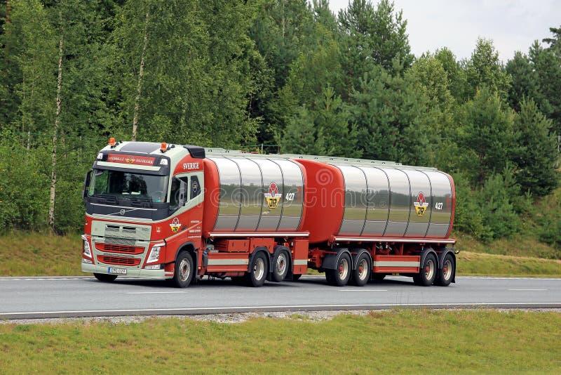 De kleurrijke Tankwagen van Volvo FH op Snelweg stock fotografie