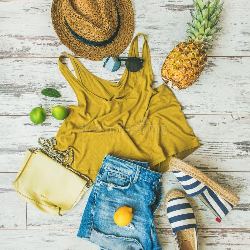 De kleurrijke uitrusting van de de zomermanier vlak-legt over pastelkleurachtergrond, vierkant gewas royalty-vrije stock foto's
