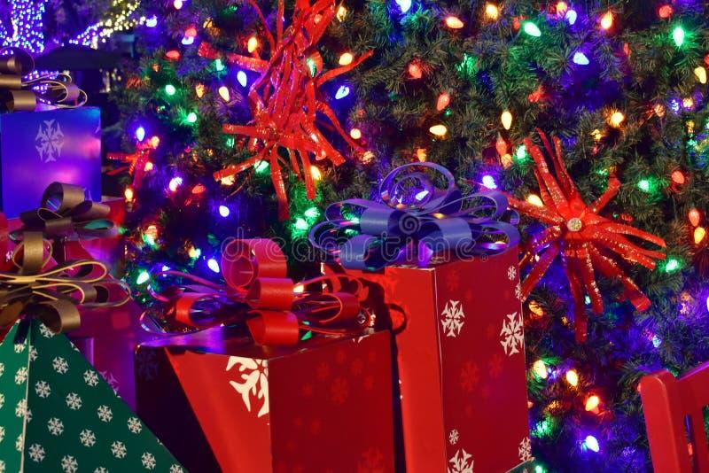 De kleurrijke vakantiegift iluminated Kerstmisachtergrond in Internationaal Aandrijvingsgebied royalty-vrije stock afbeeldingen