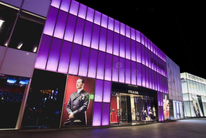 De kleurrijke verlichte afzet van Prada in Dalian, China stock afbeeldingen