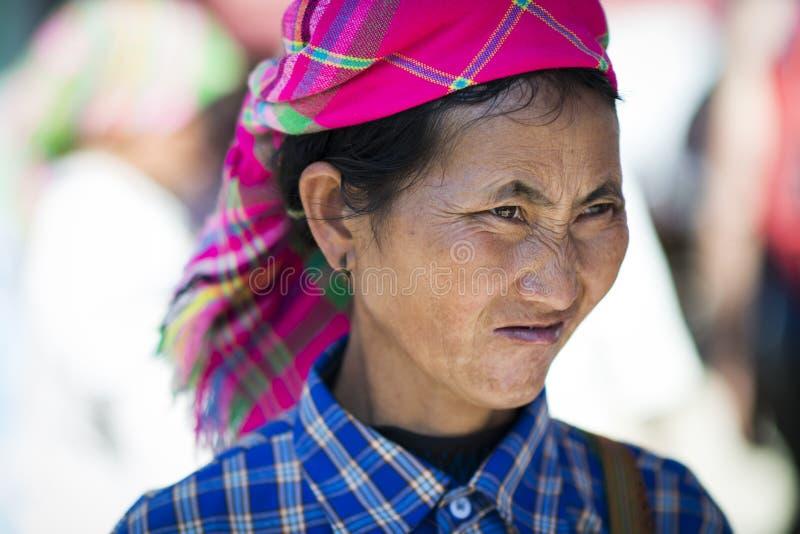 De kleurrijke Vrouwen van Bloemhmong in Bac Ha Market De groep van de bloemh 'mong etnische minderheid van royalty-vrije stock foto's