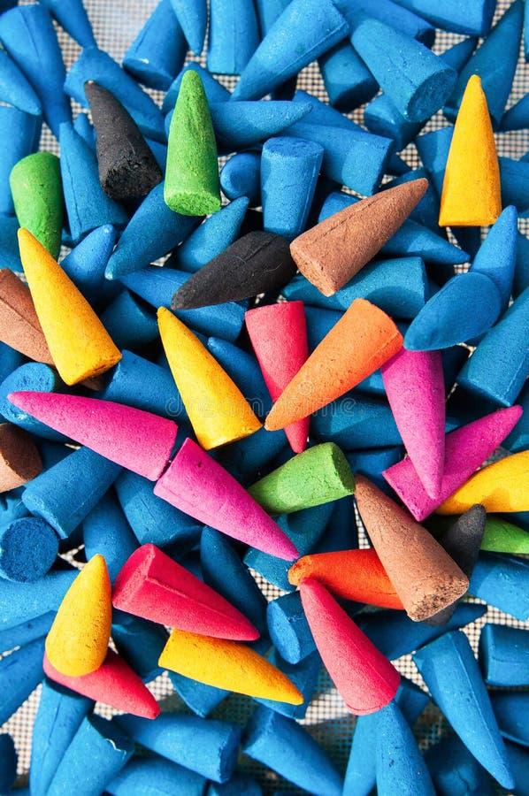 De kleurrijke wierookkegels op de manden voor het natuurlijke drogen, worden wierookkegels gemaakt van Agarwood en tropische bloe royalty-vrije stock afbeeldingen