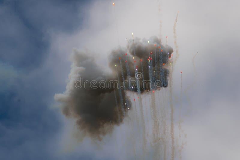 De de kleurrijke wolken en kogels die van het dagvuurwerk in de hemel toenemen vector illustratie