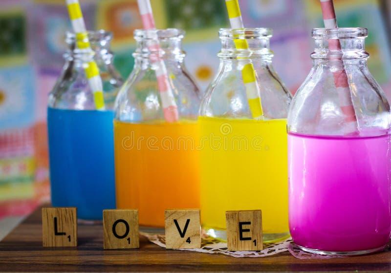de kleurrijke zoete zure drank van het vruchtensapsuikergoed stock afbeelding