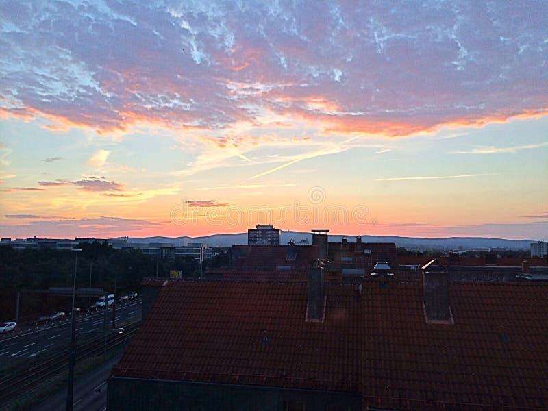 de kleurrijke zonsondergang van Frankfurt stock foto's