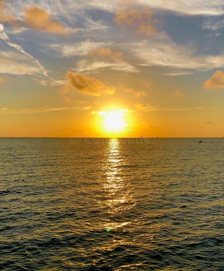 De kleurrijke Zonsondergang van de Kust van de Golf stock foto