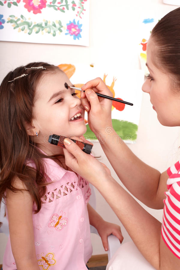 De kleuter van het kind met gezicht het schilderen. royalty-vrije stock fotografie