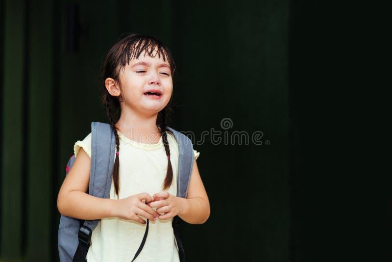 De kleuterschool die van het de zoonsmeisje van het kinderenjonge geitje droevige schreeuw schreeuwen royalty-vrije stock fotografie