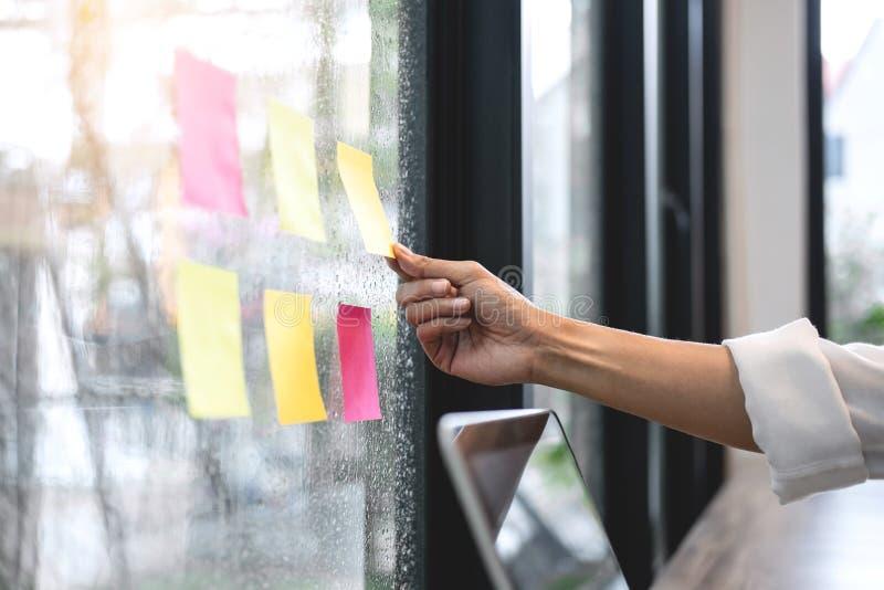 De kleverige notadocument raad van het herinneringsprogramma, Bedrijfsvrouwenaccountant het werk controle en het berekenen uitgav stock afbeelding
