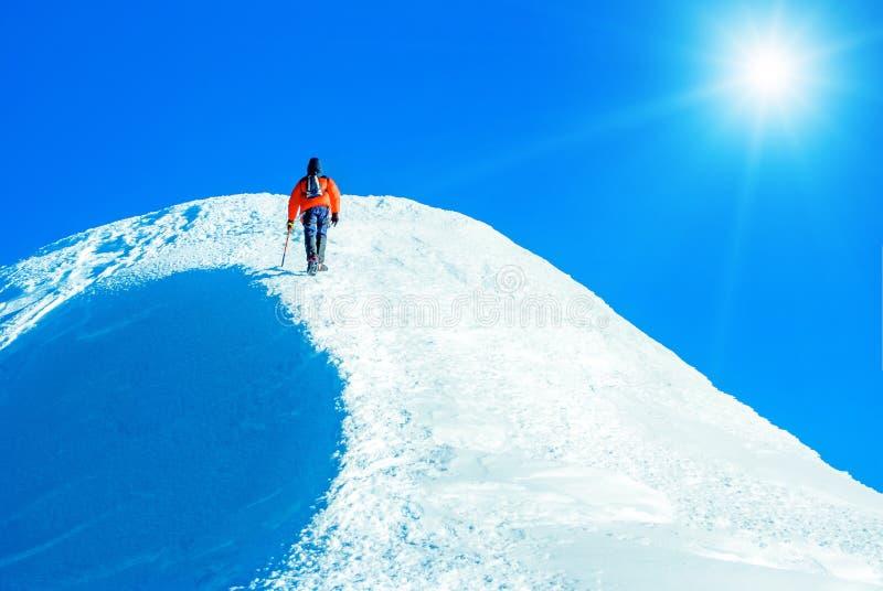 De klimmer bereikt de top van bergpiek Het beklimmen en mounta royalty-vrije stock fotografie