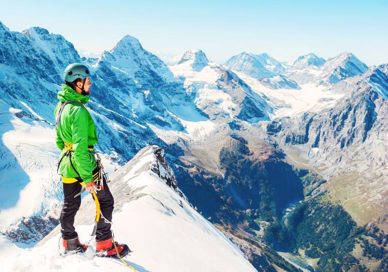 De klimmer bereikt de top van bergpiek Succes, vrijheid a stock afbeeldingen