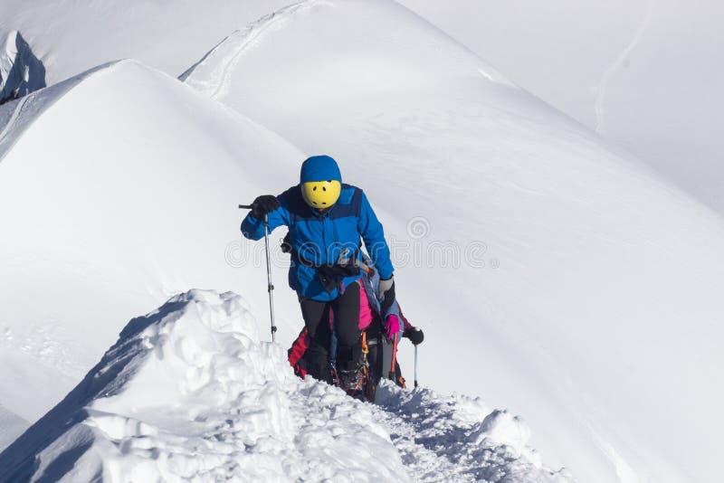 De klimmer bereikt de top van bergpiek Succes, vrijheid en geluk, voltooiing in bergen Het beklimmen van sport royalty-vrije stock afbeeldingen