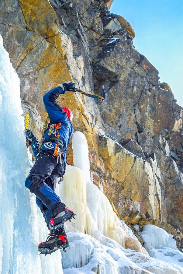 De klimmer bereikt de top van bergpiek Succes, vrijheid en geluk, voltooiing in bergen Het beklimmen van sportconcept stock afbeelding