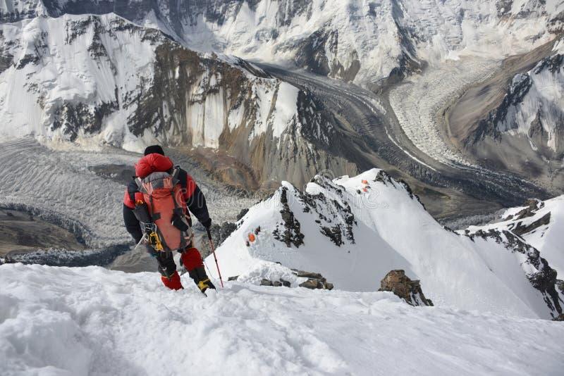 De klimmer daalt van de bovenkant van Pamirs stock afbeeldingen