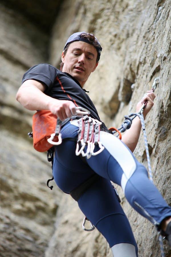 De klimmer die van de rots quickdraw aan rots gaat bevestigen royalty-vrije stock foto