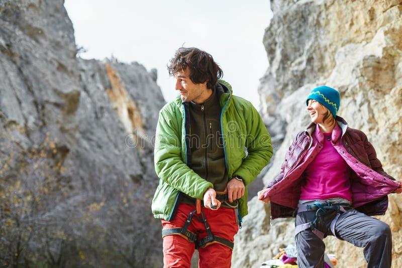 De klimmer die van de mensenrots voorbereidingen treffen te beklimmen royalty-vrije stock foto