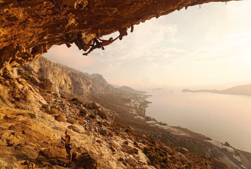De klimmer van de rots bij zonsondergang royalty-vrije stock afbeelding