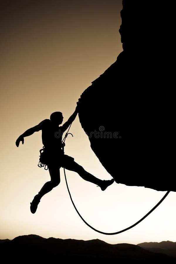 De klimmer van de rots het bengelen. stock afbeelding