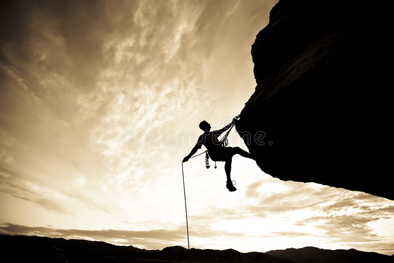 De klimmer van de rots het rappelling. royalty-vrije stock afbeelding