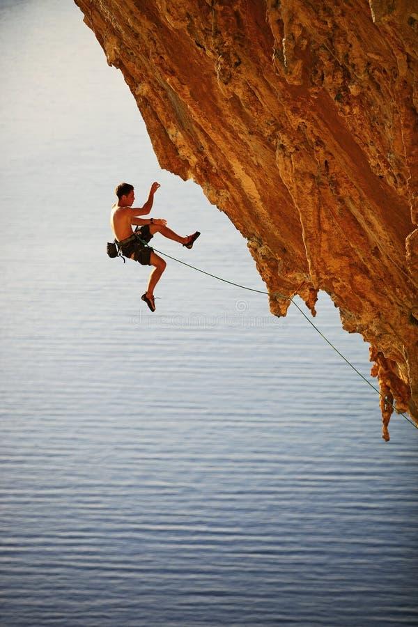 De klimmer van de rots het vallen van klip terwijl lood het beklimmen stock fotografie