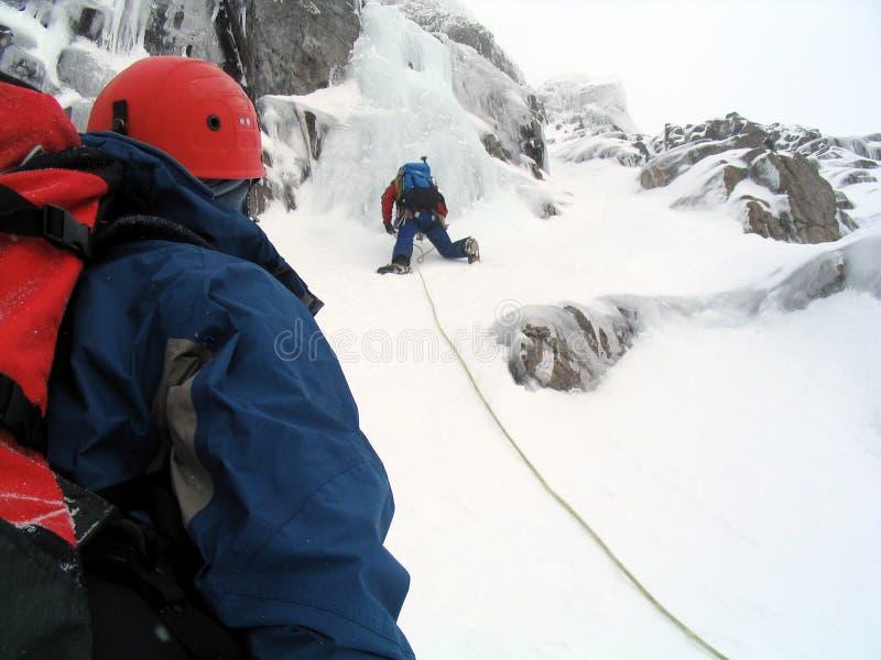 De klimmers van het ijs in Schotland stock foto's
