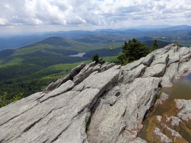 De klip van de bergtop stock afbeeldingen
