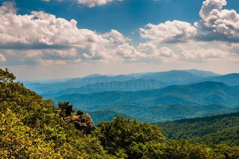 De klippen en de mening van Blauw Ridge Mountains van het Noorden stellen op, royalty-vrije stock afbeelding