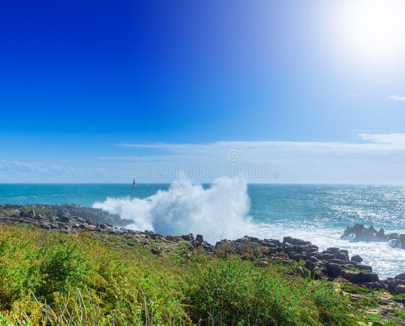 De klippen op de kust van de Atlantische Oceaan Oceaangolven, Casc royalty-vrije stock afbeeldingen