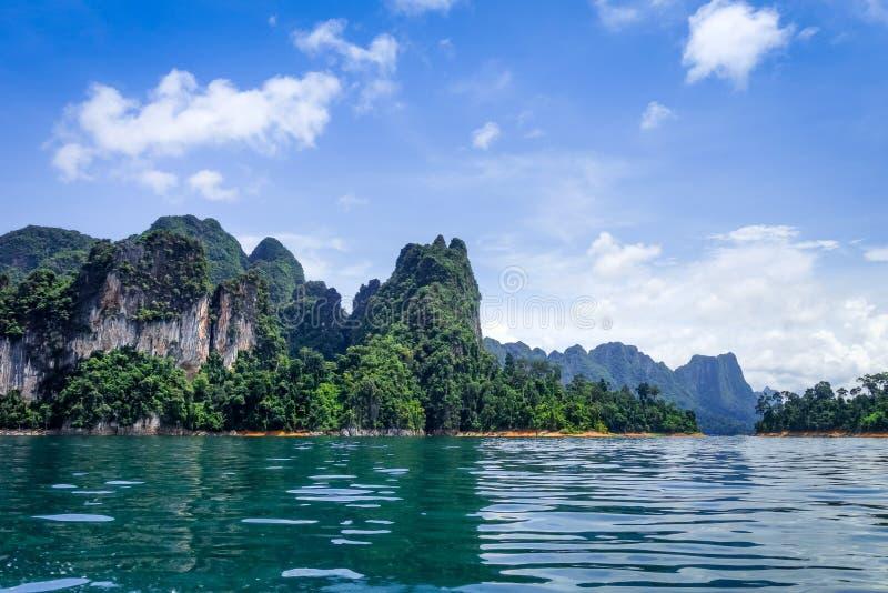 De klippen van Cheowlan lake, Khao Sok National Park, Thailand stock afbeelding