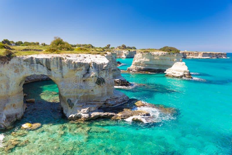 De klippen van Torresant Andrea, Salento-schiereiland, Apulia-gebied, Zuiden van Italië stock afbeeldingen