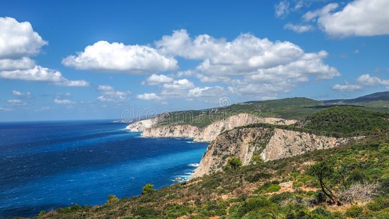 De klippenpanorama van Zakynthos met duidelijk water, blauwe hemel en wit cl stock afbeeldingen