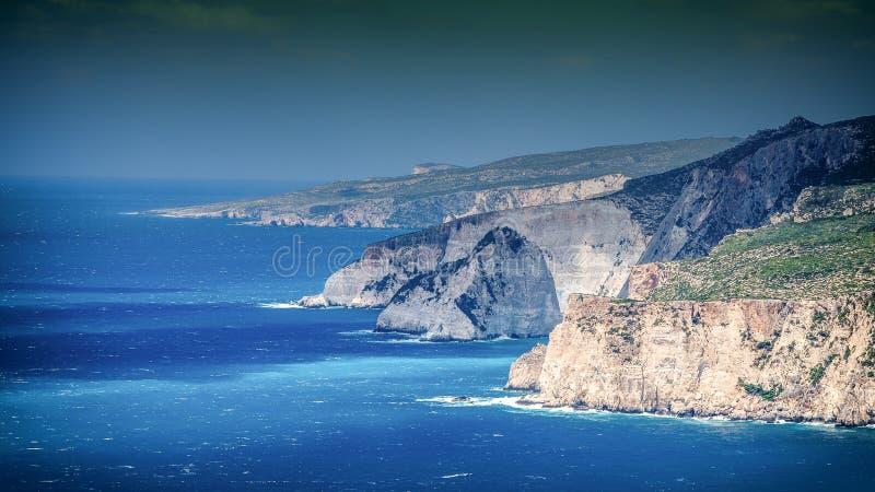 De klippenpanorama van Zakynthos op een zonnige de zomerdag Artistiek effect royalty-vrije stock foto's