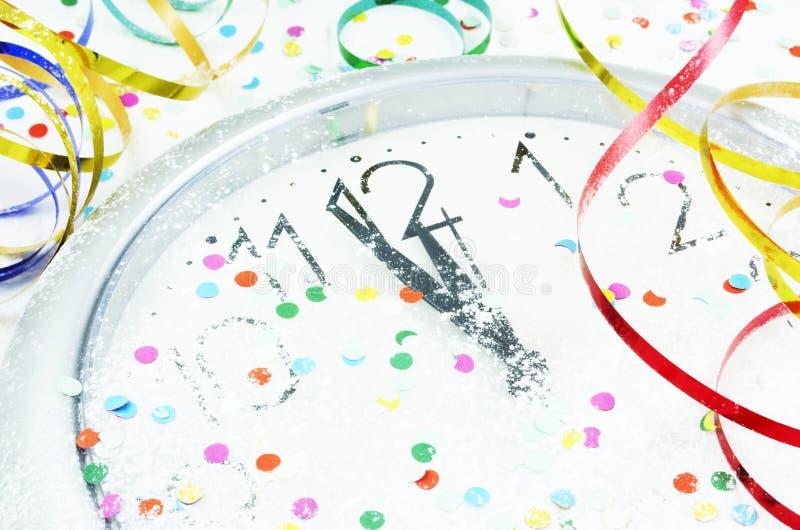 De klok en de decoratie van het nieuwjaar royalty-vrije stock afbeelding