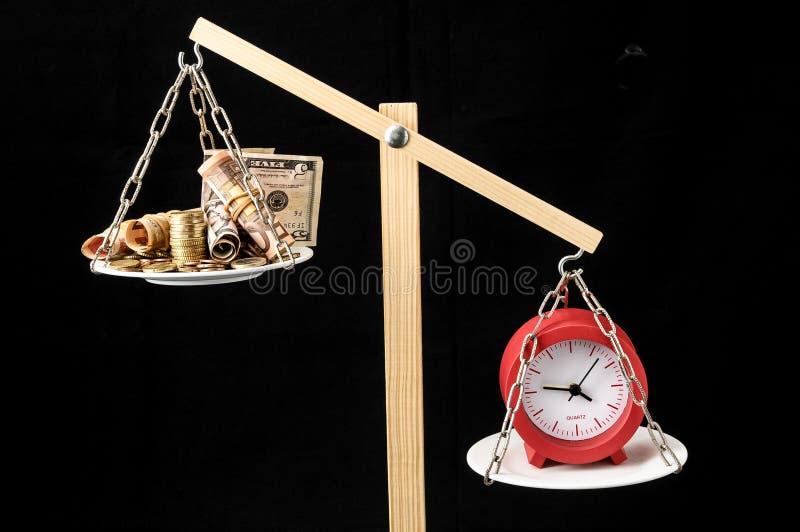 De klok en de Munttijd zijn Geldconcept royalty-vrije stock afbeeldingen