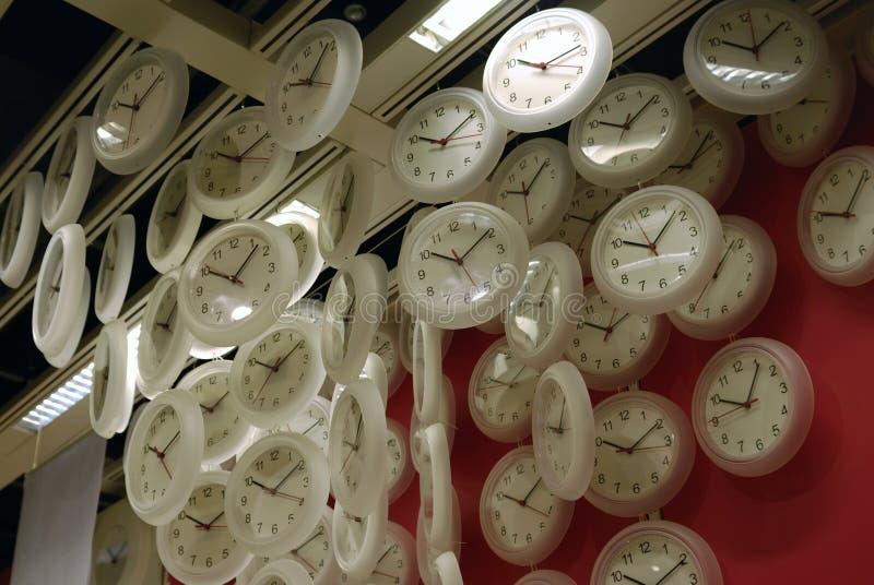 De klok hangt op het dak royalty-vrije stock afbeeldingen