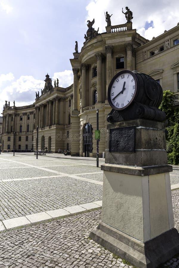 De klok op het vierkant voor Humboldt-Universiteit in Berlijn in de herfstdag in Berlijn, Duitsland September 2017 stock fotografie
