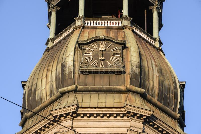 De klok op de oude toren in het stadscentrum royalty-vrije stock foto's