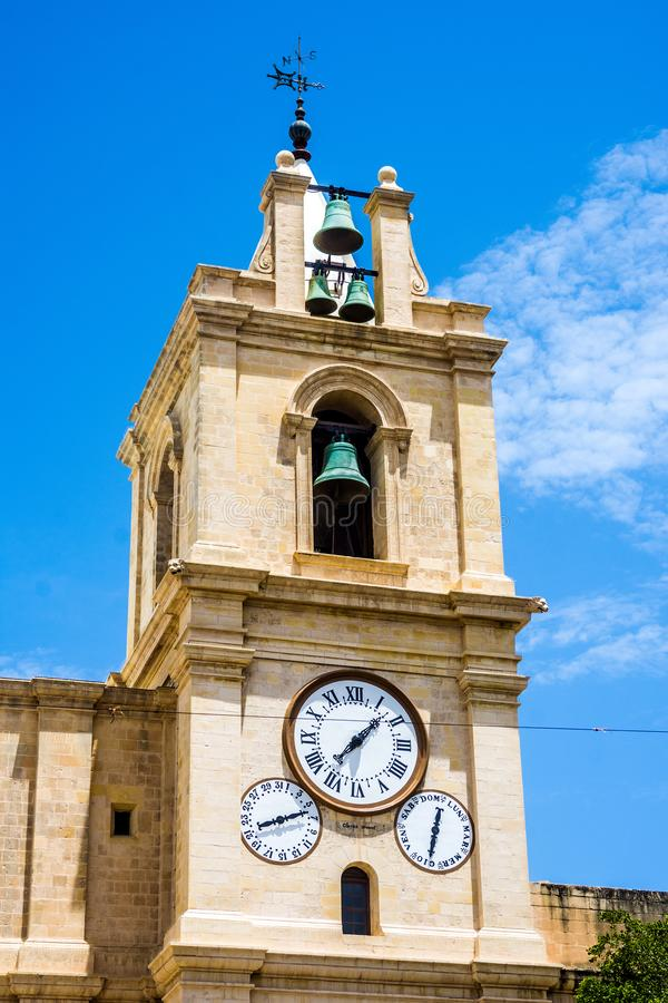 De klok over St Johns Co Cathedral in Valletta, Malta stock foto