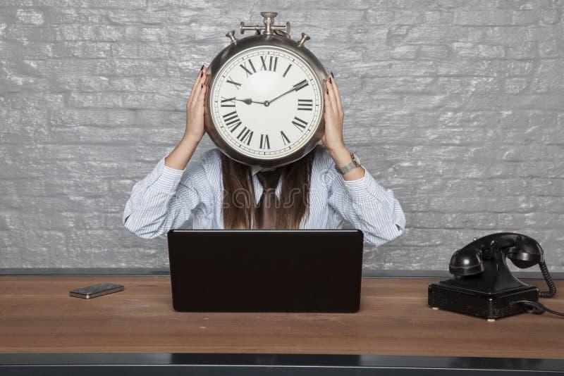 De klok in plaats van het hoofd, tijd is zaken stock foto