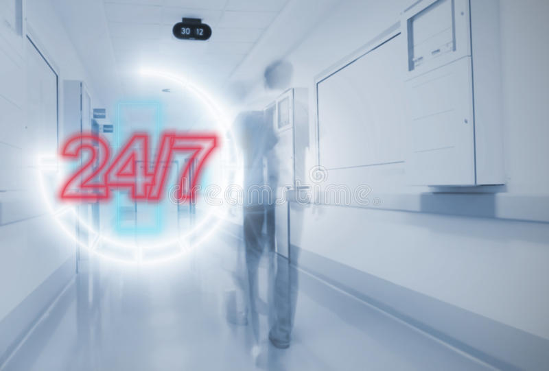 De klok rond dringend in het ziekenhuis stock afbeeldingen