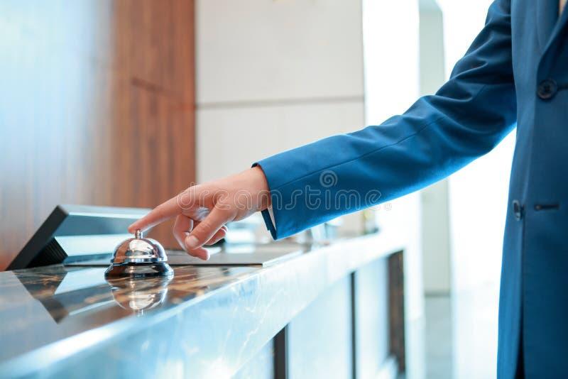 De klok van de hoteldienst bij ontvangst