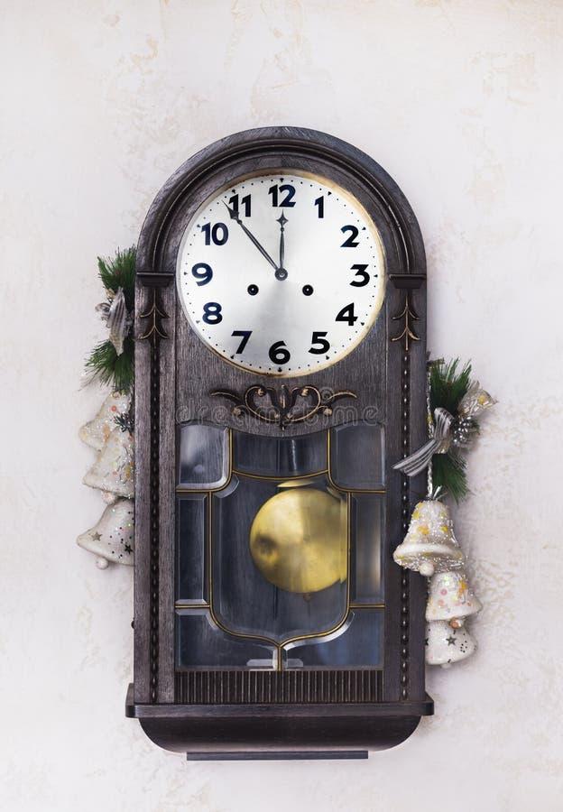 De klok van het antieke Nieuwjaar op een muur met Kerstmisspeelgoed royalty-vrije stock afbeeldingen